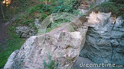 Monumento Geológico Natural de la Horno o la Gran Ellite del Diablo, ubicado en el Parque Nacional de Gauja, en Lode Behind Cesis metrajes
