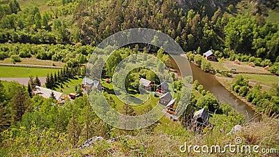 Mooi alpien landschap Bij de voet van de berg kunt u het dorp zien stock video