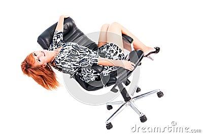 Mooi charmant jong meisje in kleding op leunstoel