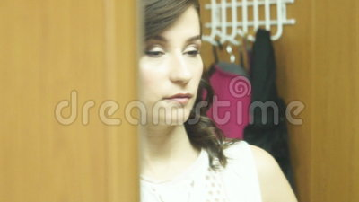 Mooi donker-haired meisje in de spiegel stock video