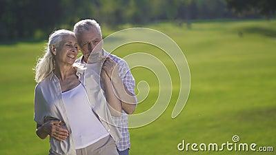 Mooi hartelijk paar die in platteland genieten van stock footage