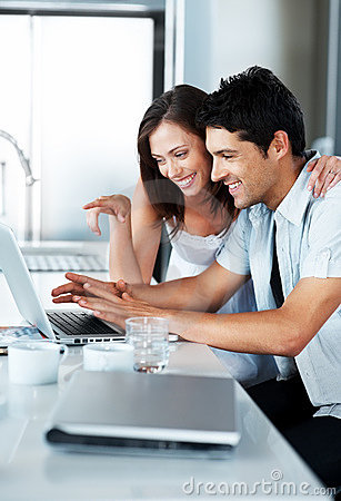 Mooi jong paar dat laptop samen met behulp van