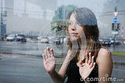 Mooi meisje bij het busstation