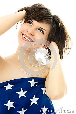 Mooi meisje dat in een Amerikaanse vlag wordt verpakt