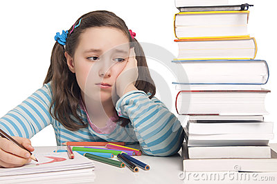 Mooi meisje met ongerust gemaakte kleurenpotloden en boeken