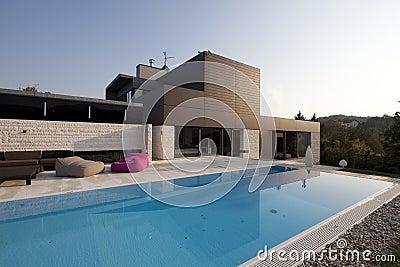 Modern huis met tuin en pool royalty vrije stock fotografie beeld 19079307 - Huis design met zwembad ...