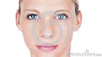 Mooi vrouw het verouderen procesportret Vrouwelijk model met roze lippenstift met het verouderen van huid en het kweken van gezic stock video