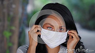 Mooie Aziatische vrouw die een chirurgische gezichtsmasker tegen het virus draagt Mode-Aziatisch model met wit medisch masker stock video