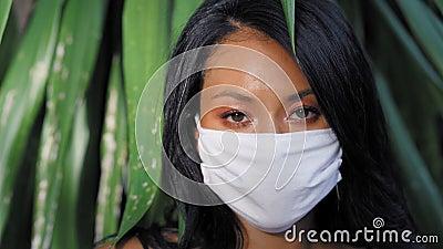 Mooie Aziatische vrouw met een mondkapje Mode-Aziatisch model met wit medisch masker stock videobeelden