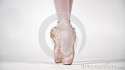 Mooie benen van een ballerina in Pointe op een witte achtergrond, klap Klassiek dansballet Langzame beweging stock video