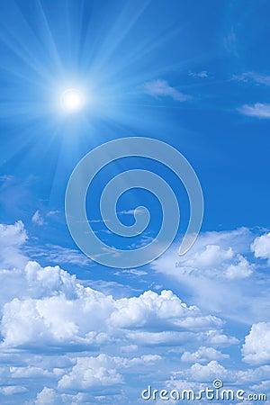 Mooie blauwe hemel en zon.