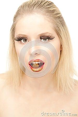 Mooie blond met pil in haar mot