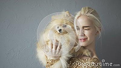 Mooie Blondevrouw met Haar die Spitz op Grijs wordt geïsoleerd stock footage