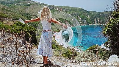 Mooie blondvrouwen met zonneschijn op vakantie aan de kust van het strand van Kefalonia, Griekenland Geluk, levensstijl zomerreis stock video