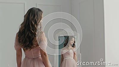 Mooie bruid met het boeket dichtbij de spiegel stock videobeelden