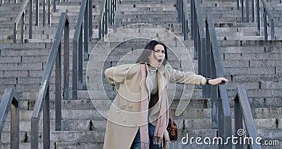 Mooie brunette blanke vrouw die de trap afloopt en stopt vanwege pijn in de rug Jonge zakenvrouw stock videobeelden