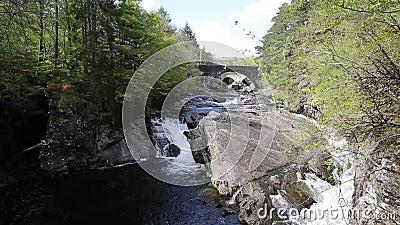 Mooie de brug Schotse die toeristische attractie van Schotland het UK Invermoriston door Thomas Telford in 1813 wordt gebouwd stock video