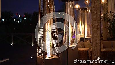 Mooie gasverwarmingstoestellen staan op de veranda, open vuur Warmte en comfort stock footage
