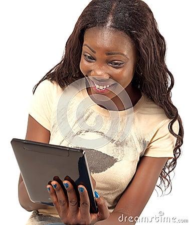 Mooie glimlachende vrouw die digitale tablet houden