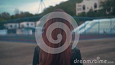 Mooie haarmeisjes voor reclame, voor een video van het concept gezondheid, om elegantie, schoonheid, vrijheid te demonstreren stock footage