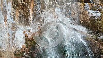Mooie heldere waterval in de Republiek Kabardino-Balkaria in Rusland Najaarsreis naar de Kaukasus Bevroren waterijs stock video