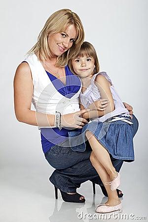 Mooie jonge moeder en haar weinig dochter