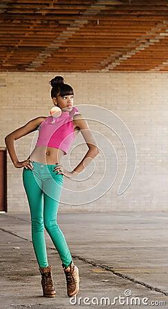 Mooie lange jonge Afrikaanse Amerikaanse vrouw