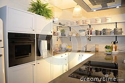 mooie moderne keuken met witte kabinetten en witte bakstenen op de ...