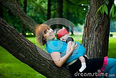Mooie moeder met weinig zoon