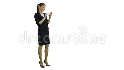 Mooie onderneemster die bij iets lachen grappig op haar smartphone op witte achtergrond stock footage