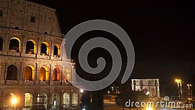 Mooie oude vensters in Rome (Italië) Coliseum bij nacht Triomfantelijke Boog van Constantine stock videobeelden