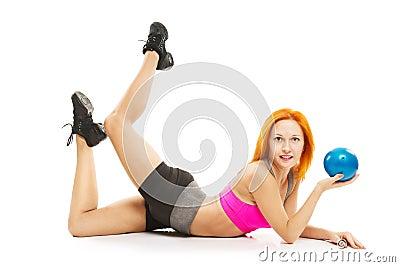 Mooie sensuele vrouw die geschiktheid met bal doen