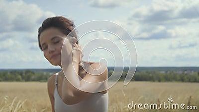 Mooie vrouw die bodysuit met kort haar dragen die door het tarwegebied lopen die rond eruit zien Zeker onbezorgd meisje stock videobeelden