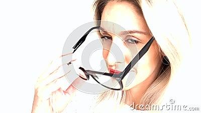 Mooie vrouw die met glazen, Verandering van emoties glimlacht stock footage