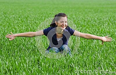 Mooie vrouw in grassfield