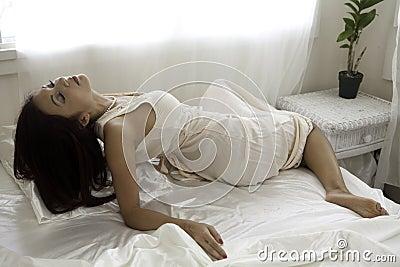 Mooie vrouw in haar slaapkamer