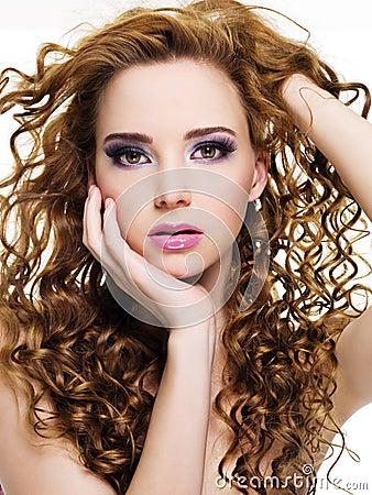 Mooie vrouw met lange krullende haren
