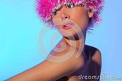 Mooie vrouw in roze hoed