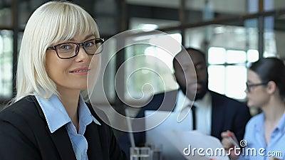 Mooie vrouwelijke baas glimlacht op camera, trots op eigen bedrijf, vrouwen in het bedrijfsleven stock videobeelden