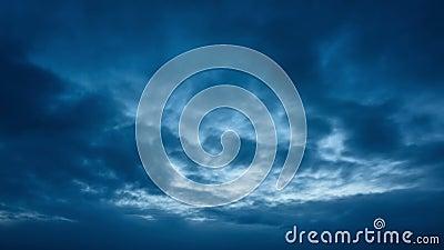 Mooie wolken die zich in blauwe hemel op de herfstavond bewegen stock videobeelden