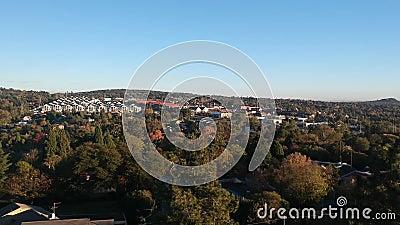 Mooie zonsopgang over een voorstad stock footage
