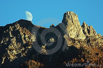 Moon over Pierre Avoi