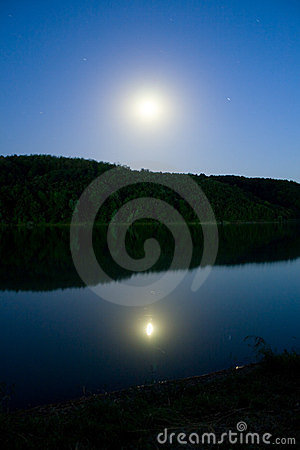 Free Moon Over The Lake Royalty Free Stock Photos - 2827368