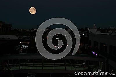 Moonrise sobre a rua Center filme