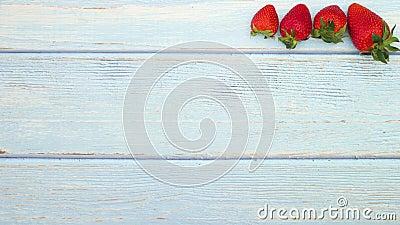 Morangos frescos e orgânicos aparecem sobre a mesa de madeira - Parem de se movimentar filme