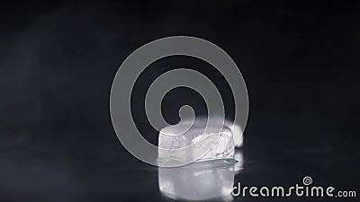 Morceaux de glace sur une table noire banque de vidéos