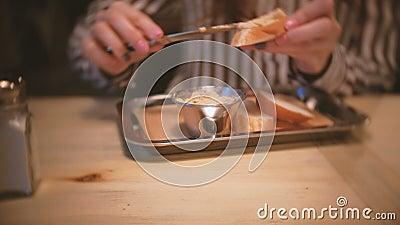 A morena bonita nova da mulher mancha a pasta em uma parte de pão Mãos do ` s da mulher do close-up com faca video estoque