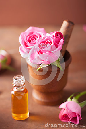Free Mortar With Rose Flowers And Essential Oil For Aromatherapy And Royalty Free Stock Image - 40629086
