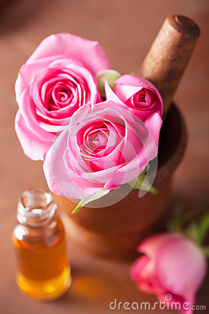 Free Mortar With Rose Flowers Essential Oil For Aromatherapy Royalty Free Stock Images - 39618249