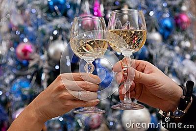 Mãos que prendem vidros do champanhe